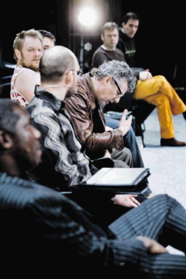 'Stand up' gaat over zes comedians die auditie doen. (Trouw) Beeld Joep Lennarts