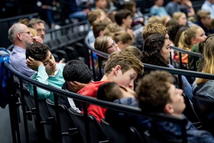 Na een korte nacht hebben leerlingen moeite de ogen open te houden.