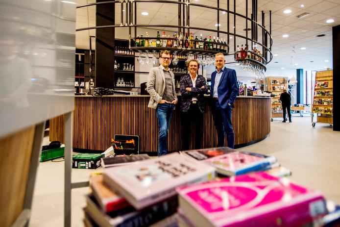 Tiliander opent vrijdag zijn deuren na een gezamenlijke inspanning van (vlnr) Ruud van Eeten (directeur Tiliander), Rein de Laat (directeur VVV) en Jan Verschure (manager bibliotheek).