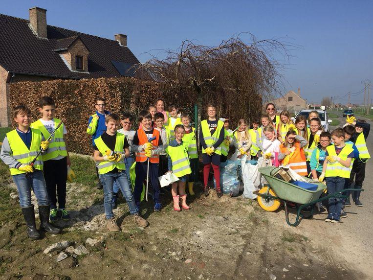 Onder meer in Woumen verzamelden kinderen het afval