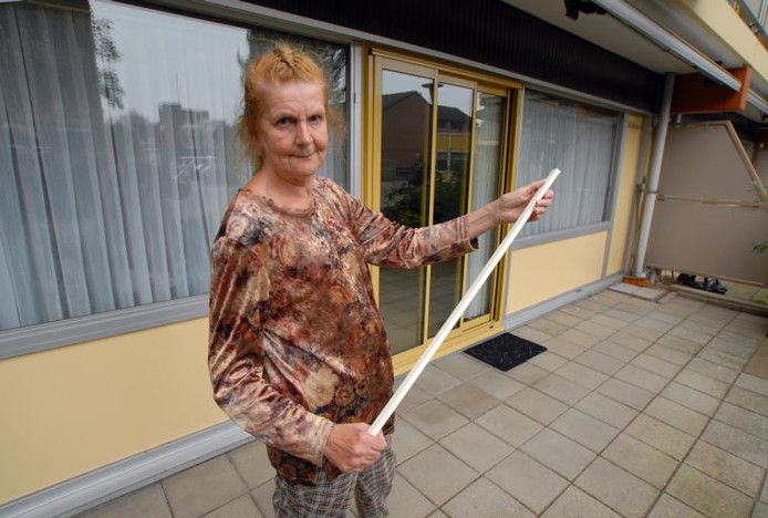 Margriet Smits met de metalen staaf bij de woning waar ze zaterdag inbrekers verjoeg. foto Jan Wamelink