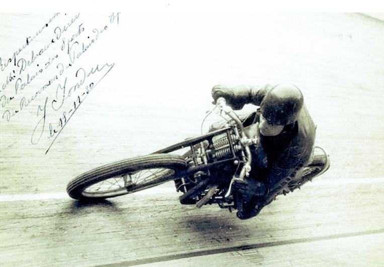 Jules Fondu, één van de piloten van het Mondiale Race Team, in het sportpaleis van Brussel.