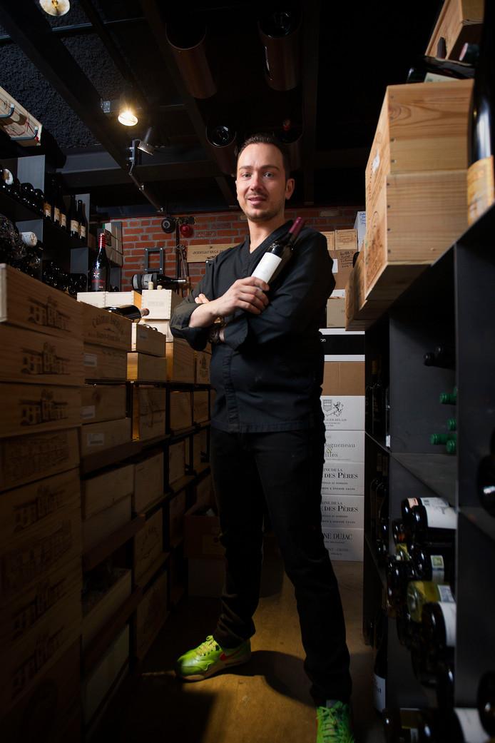 Adrian Zarzo in de wijnkelder van sterrenrestaurant Zarzo.