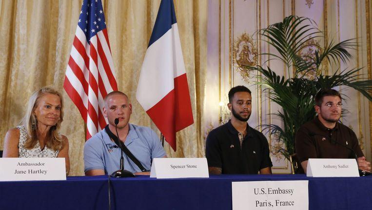 De Amerikaanse ambassadeur Jane Hartley, Spencer Stone, Anthony Sadler en Alek Skarlatos, de mannen die de aanslag verijdelden. Beeld AFP