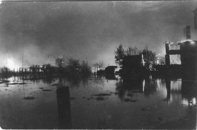 Het Nederlandse leger heeft bij de Duitse inval tijdens de Tweede Wereldoorlog Veenendaal onder water gezet en huizen in brand gezet om een vrij schootsveld te krijgen.
