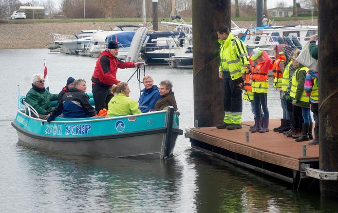 Ingebruikname van het Skon Skip in Lith. Op de foto onder anderen Johan van de Schoot (rechts in de boot) die na de te waterlating een rondje meevaart.