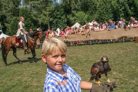 Een jongetje met een roofvogel tijdens een middeleeuwse demonstratie op recreatiedomein De Ster. Dat is in Sint-Niklaas verleden tijd.