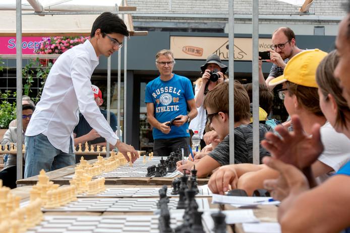 Schaakgrootmeester Anish Giri speelt na een meet and greet met fans in Dieren een potje simultaan.