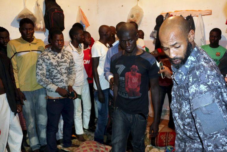 Illegale migranten worden tijdens een razzia in Tripoli gearresteerd. Beeld reuters