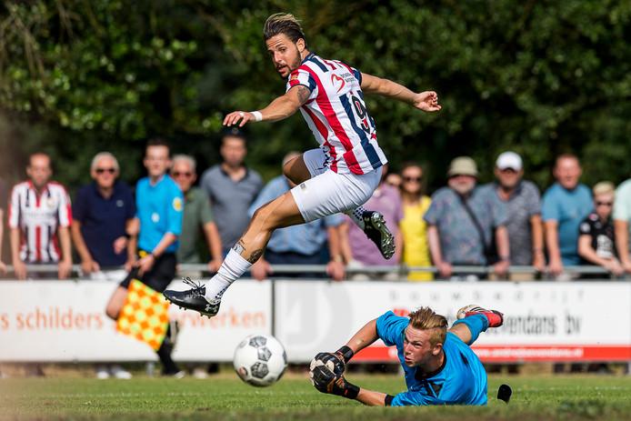 Fran Sol in actie tegen de Diessense selectie. De Spaanse doelpuntenmachine was zaterdag nog 'gewoon' in het shirt van Willem II te bewonderen.