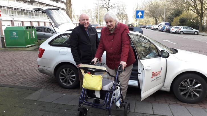 Mevrouw van Zetten gaat met de stemtaxi stemmen: 'ik heb nog moeten knokken om te mogen stemmen'