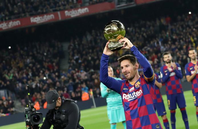 Avant le match, Lionel Messi a célébré son sixième Ballon d'Or sur la pelouse du Camp Nou.