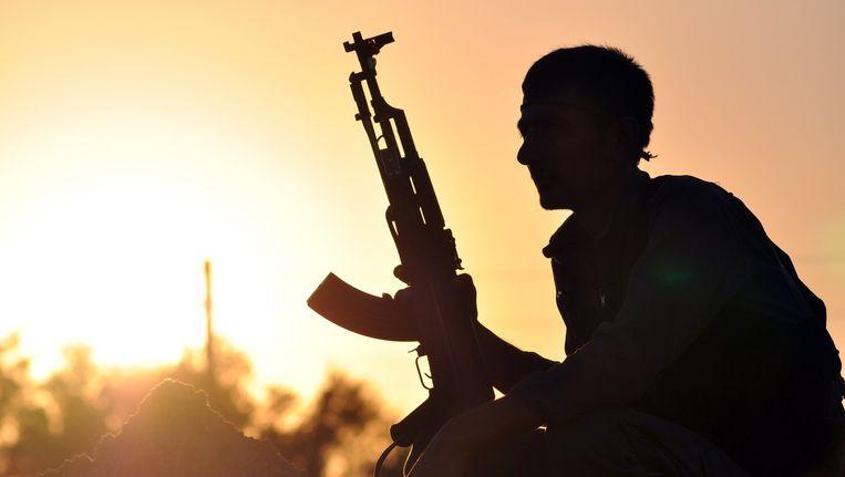 Een strijder van het YPG poseert voor een foto in de Syrische stad Ain Issi, 50 kilometer ten noorden van Raqqa. Beeld Archieffoto AFP