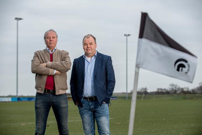 Llinks voorzitter Pjotr van der Horst en rechts bestuurslid Theo Weijers van Achille'29.