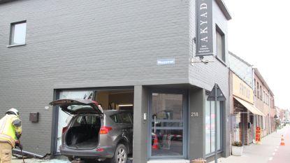 Auto boort zich in vitrine nagelstudio nadat automobilist onwel wordt