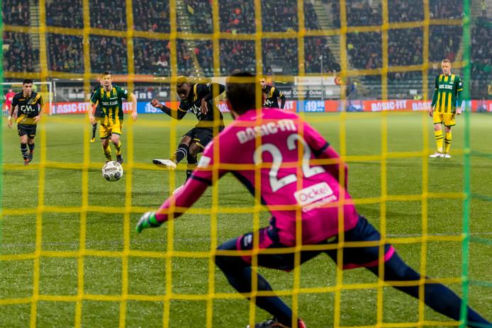 Thierry Ambrose benut de penalty en schiet NAC op 0-2 bij ADO Den Haag.