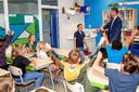 Verrassing! Als Jorn wethouder Wim Willems in zijn klas ontwaart weet hij het al...