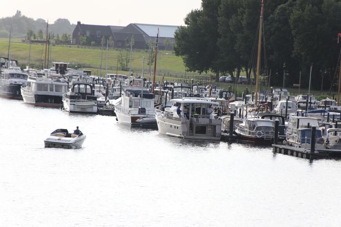 Vrachtschip ramt plezierjacht in jachthaven 't Oude Maasje in Waspik