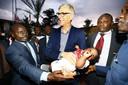 Arsène Wenger in Liberia, met een baby die naar hem is vernoemd.