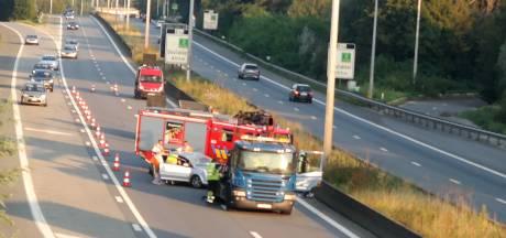 Wagen belandt op dak op R4: 1 lichtgewonde