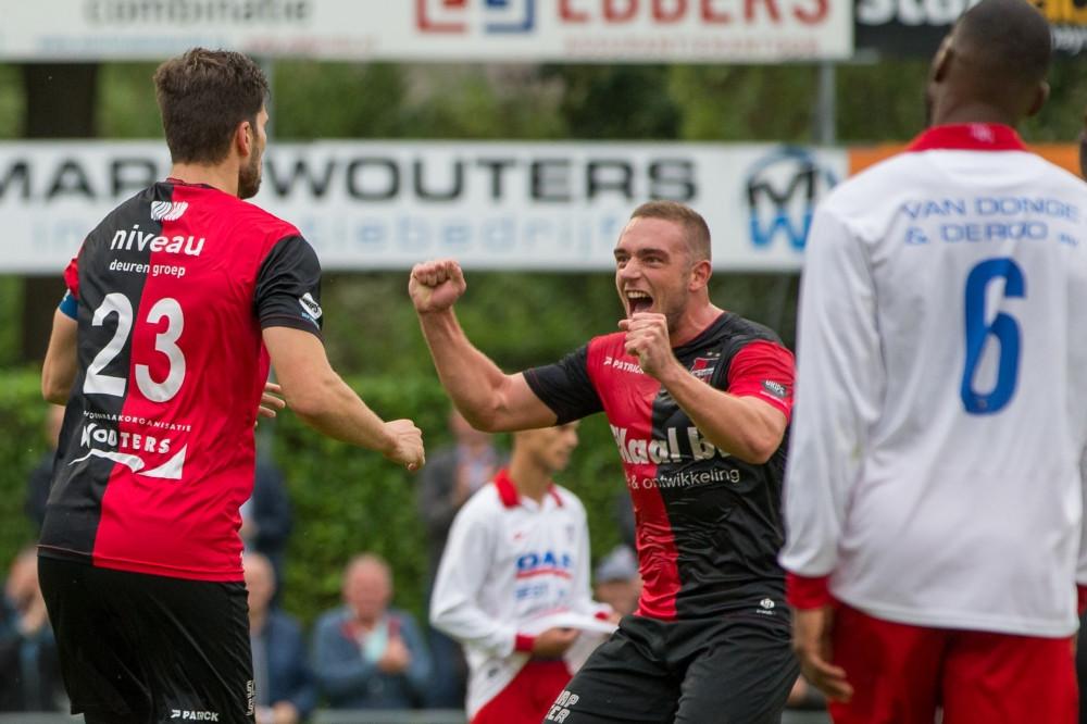 Pim Balkenstein viert de 1-0 tegen Barendrecht samen met teamgenoot met Coen Maertzdorf.