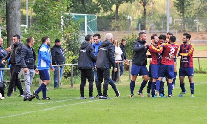 Spelers en staf van Elsweide vieren een treffer.