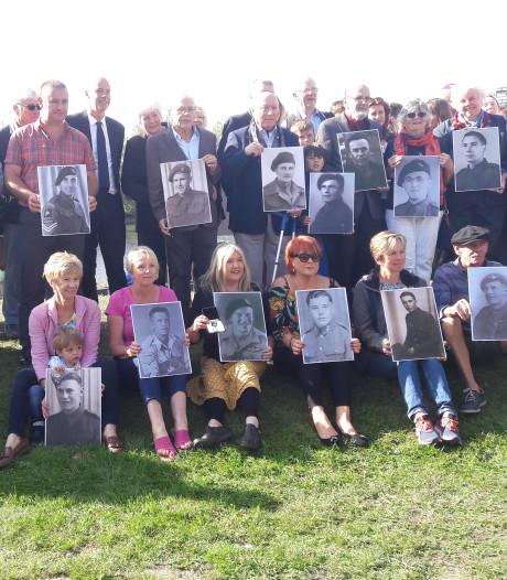 Op de foto bij de John Frostbrug met de grootvaders die niet meer terug keerden