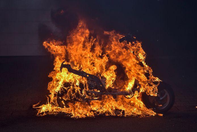 De scooter in brand.