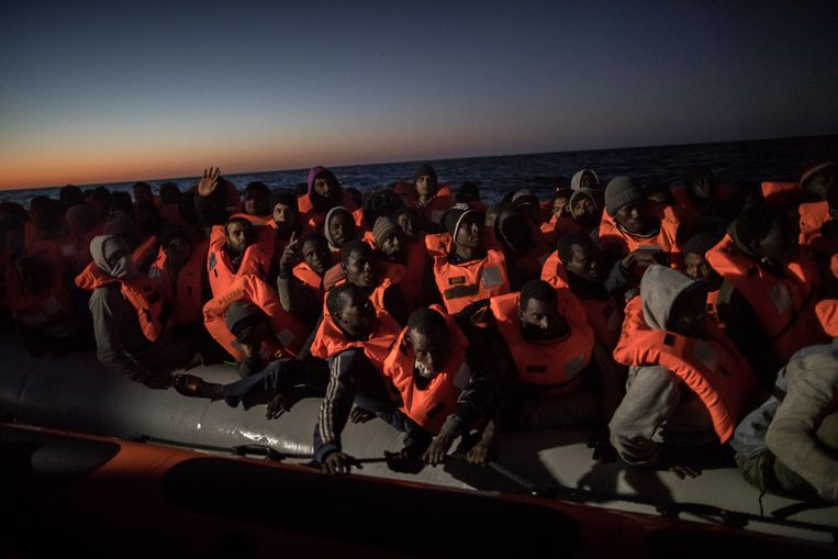 Zo'n 50 kilometer ten noorden van de Libische stad Al Khums wordt een boot vol vluchtelingen opgevangen door een Spaanse hulpboot. Beeld AP