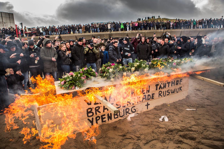 Op het strand van Duindorp wordt met een crematie symbolisch afscheid genomen van het vreugdevuur. Het vreugdevuur is dit jaar verboden door waarnemend burgemeester Remkes.  Beeld null
