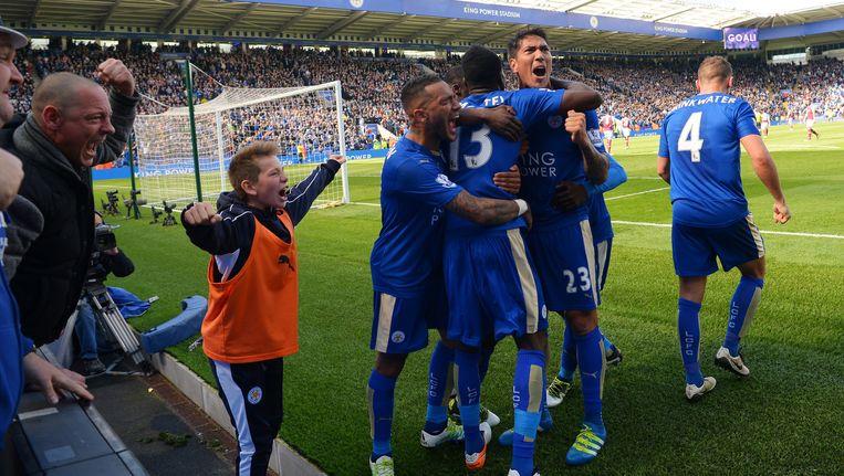 Spelers en supporters juichen na de late gelijkmaker uit een strafschop door invaller Leonardo Ulloa. Leicester houdt zicht op de titel. Beeld Michael Regan / Getty