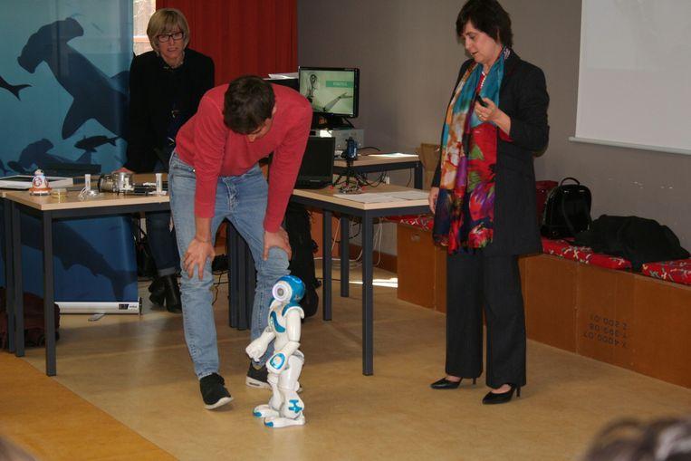 Françoise Chombar probeert een robot te doen dansen, zonder succes evenwel.