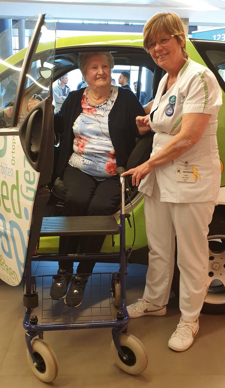 Kinesiste Ilse Frijters en patiënte Louisa in de Mobie.