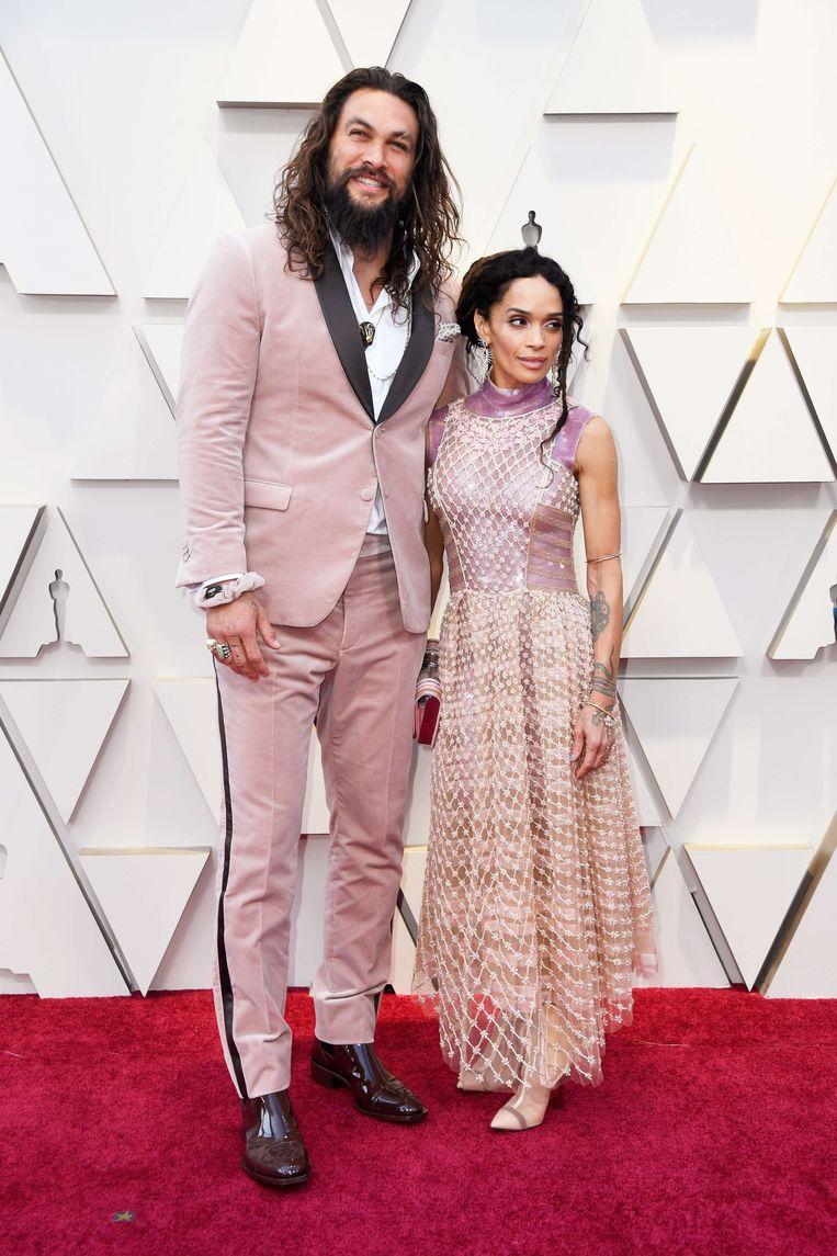 Jason Momoa. De 'Aquaman'-acteur doet mee aan de trend van het jaar en bewijst dat mannen er ook goed uitzien in roze.