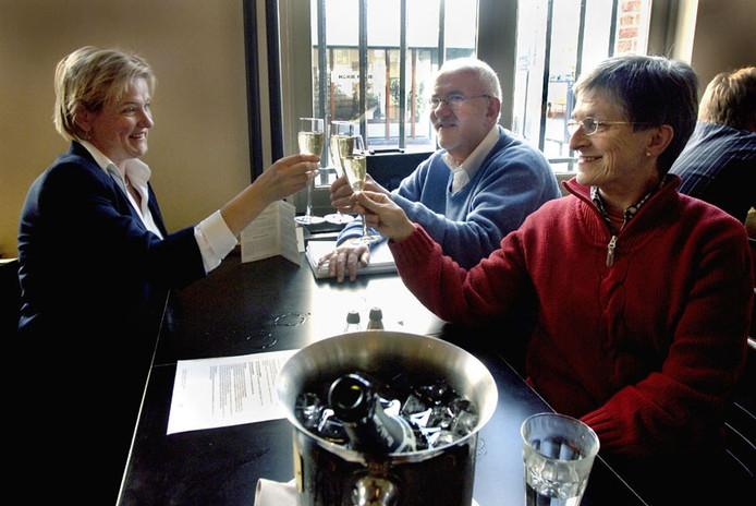 Wieneke de Waard ( GroenLinks), Rudi Rikken ( PvdA) en Hilde Haverkamp ( CDA) ( van links naar rechts) heffen in café Dudok het glas op het collegeakoord. Foto: Hans Broekhuizen/De Gelderlander