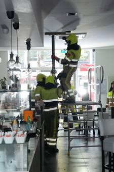 Brandweer ontruimt bar na doorzakken plafond door zware airco in Nijmegen