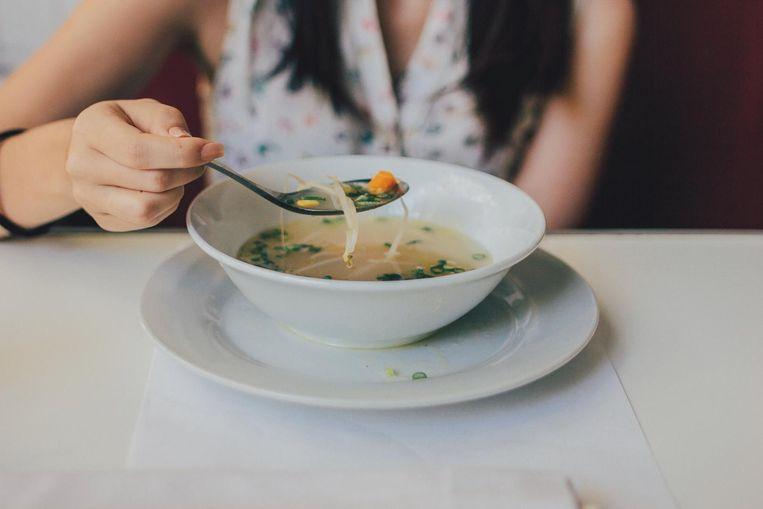 Het is geen fabeltje dat kippensoep helpt tegen de symptomen van verkoudheid.