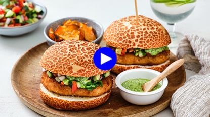 Guiltfree pleasure: niks ongezond aan deze exotische visburger (met zoete aardappelchips!)
