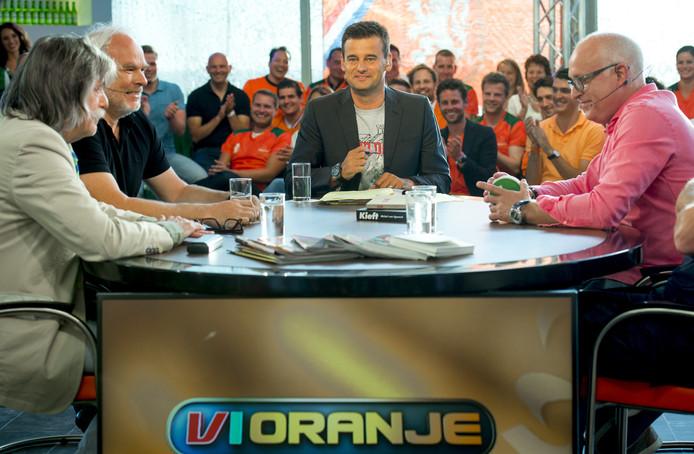 Een uitzending van VI Oranje in 2014 in het Kurhaus met Johan Derksen (links), Nico Dijkshoorn, Wilfred Genee en Rene van der Gijp.
