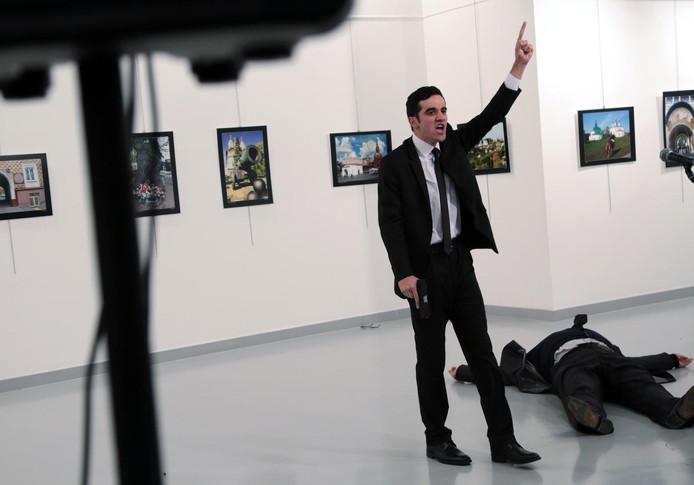 De schutter van Russische ambassadeur Andrej Karlov, vlak na de aanslag in 2016