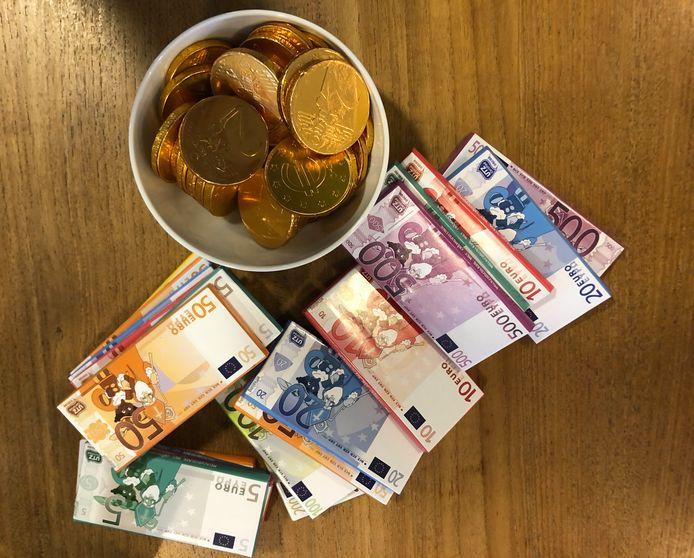 """Nepbiljetten en munten in de lerarenkamer. ,,Zo, dit geld van de minister is alvast een begin."""""""