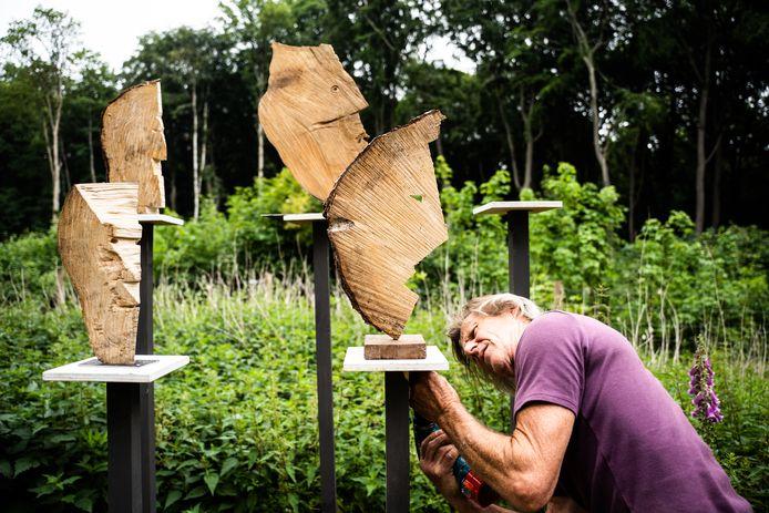 Met subtiele ingrepen maakte Gerrit van Middelkoop mensenkoppen van zaagresten.