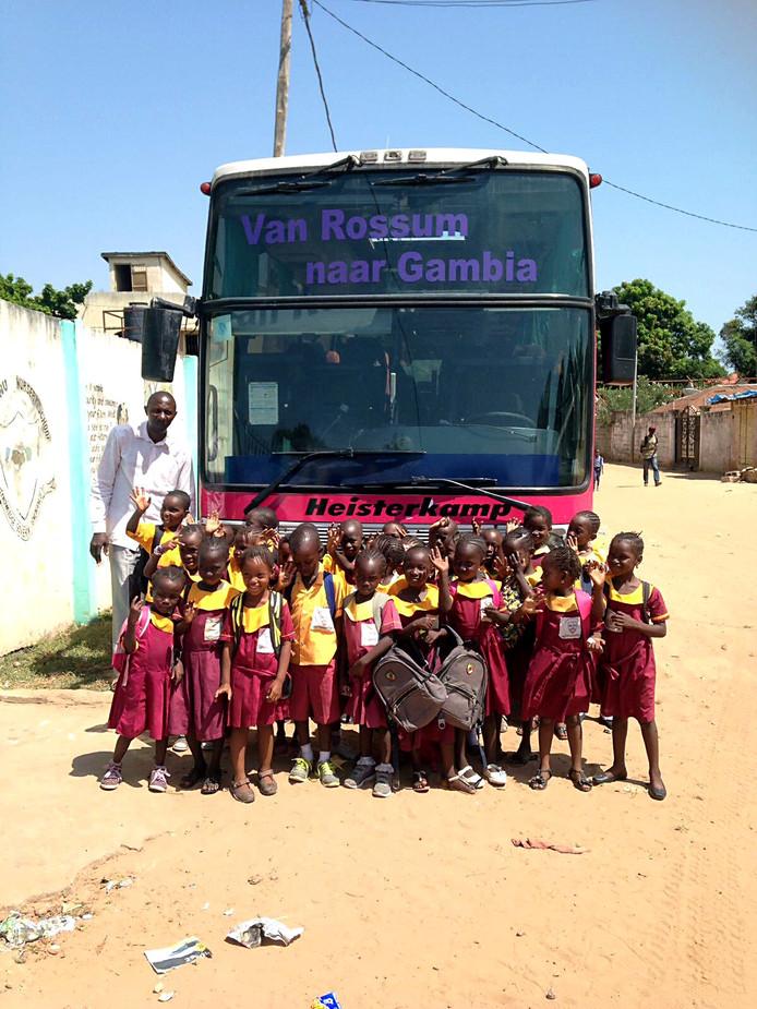 De schoolbus die in 2017 naar Gambia is gebracht