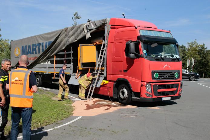 De vrachtwagen vervoerde een lekkende dieselgenerator.