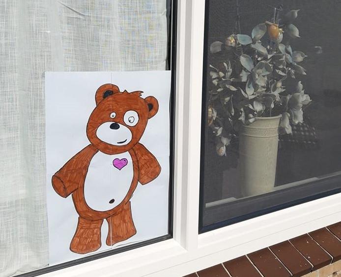 Ook toegestaan, een tekening van een beer achter het raam
