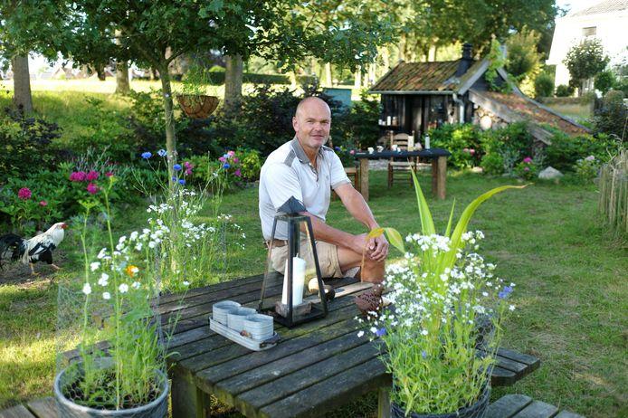 """Hendrik Steinmeijer in zijn tuin: """"Het was niet de bedoeling dat ik hier coniferen neer zou gaan zetten."""""""
