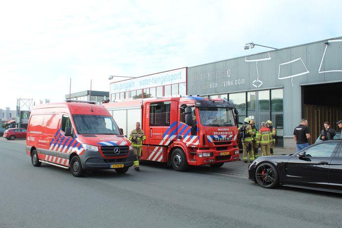 De brandweer doet onderzoek naar de mogelijke lekkage van een gevaarlijke stof bij Interstock, op een bedrijventerrein in Apeldoorn-Zuid.