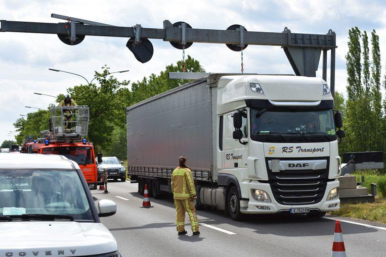 BORNEM - De brandweer moest de kapotte verkeersborden komen verwijderen
