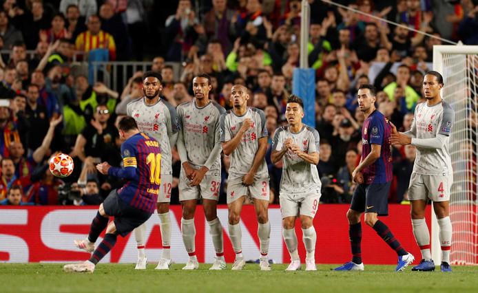 Messi legt aan voor zijn rake vrije trap.