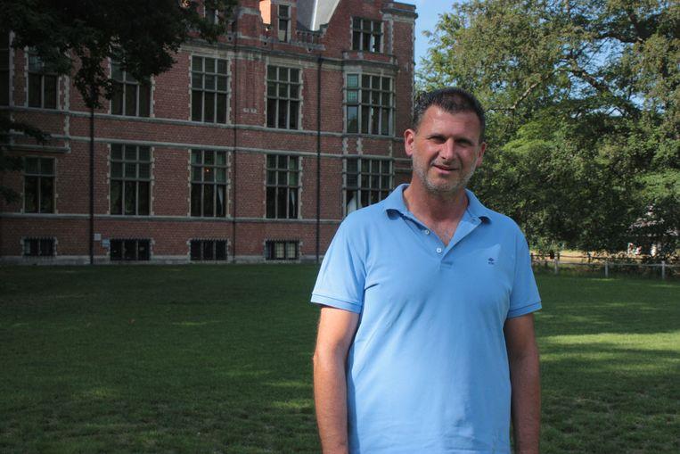 Cultuurschepen Michaël Heyvaert (N-VA) aan het kasteel van Halle, waar in de zomer toch een aantal evenementen zullen doorgaan.